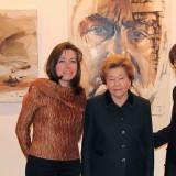 Полина и Ильяс с Наиной Ельциной у портретов работы И. Айдарова