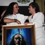 Кен Хенсли получает в подарок портрет, написанный Ильясом Айдаровым